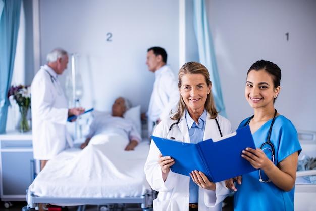 Portret dwóch kobiet lekarzy sprawdzanie raportu medycznego pacjenta