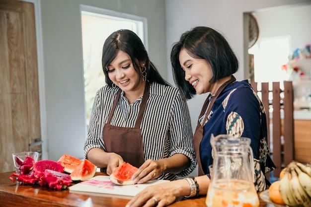Portret dwóch kobiet pokroić owoc smoka