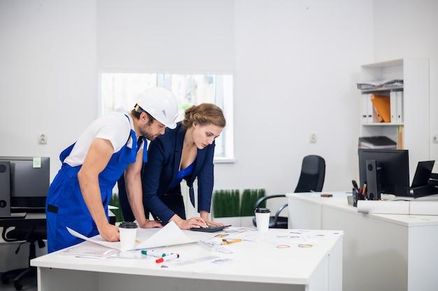 Portret dwóch konstruktorów pracujących nad projektem