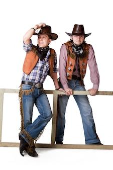 Portret dwóch kowbojów w najwyższym stopniu na białym tle