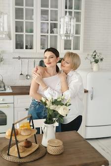 Portret dwóch ładnych atrakcyjnych uroczych rozochoconych kobiet mamy dorosłej córki spędzającej czas razem w kuchni