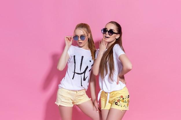 Portret dwóch ładnych dziewczyn siostry najlepszych przyjaciółek, pozują i bawią się razem.