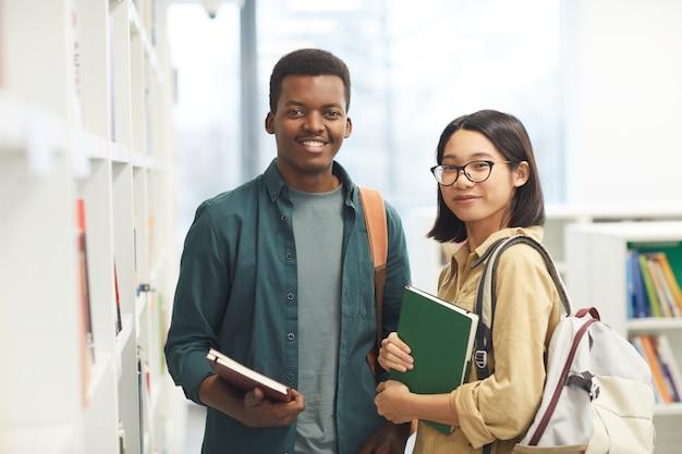 Portret dwóch międzynarodowych studentów patrząc na kamery w pasie