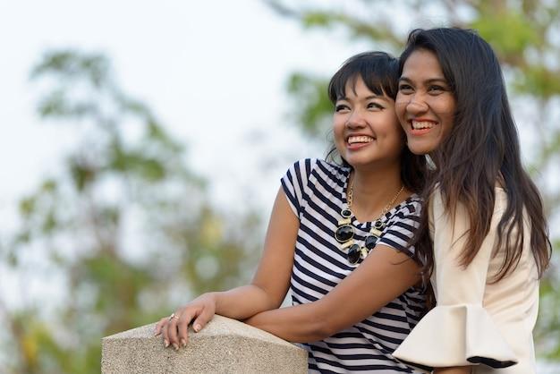 Portret dwóch młodych azjatyckich kobiet razem relaks w parku na świeżym powietrzu