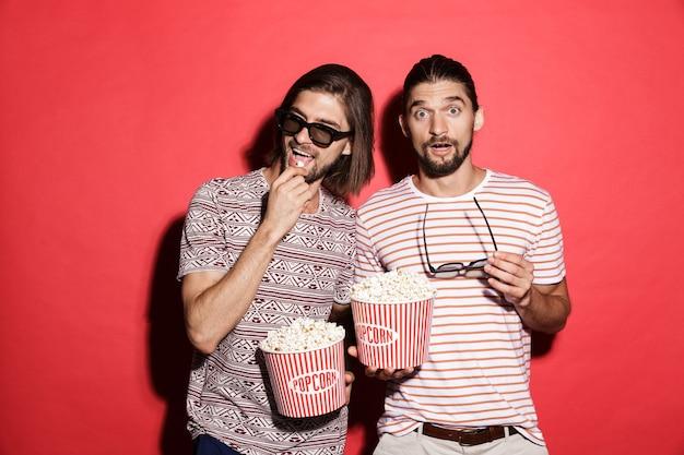 Portret dwóch młodych podekscytowanych braci bliźniaków na białym tle