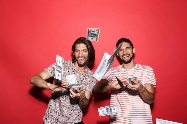 Portret dwóch młodych, podekscytowanych braci bliźniaków