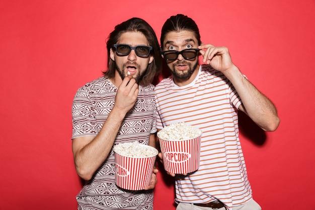Portret dwóch młodych przerażonych braci bliźniaków