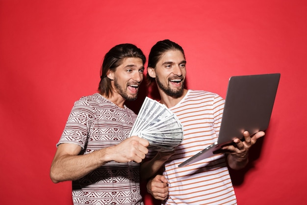 Portret dwóch młodych szczęśliwych braci bliźniaków