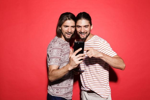 Portret dwóch młodych uśmiechniętych braci bliźniaków