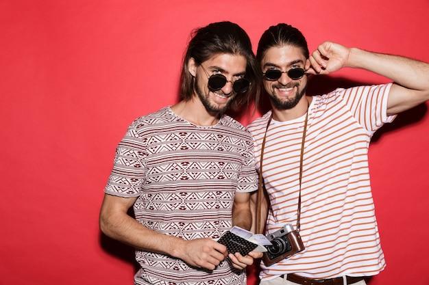 Portret dwóch młodych, zadowolonych braci bliźniaków