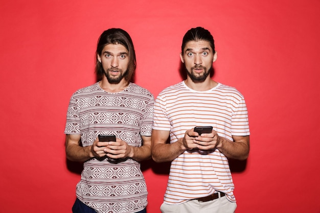 Portret dwóch młodych, zaskoczonych braci bliźniaków