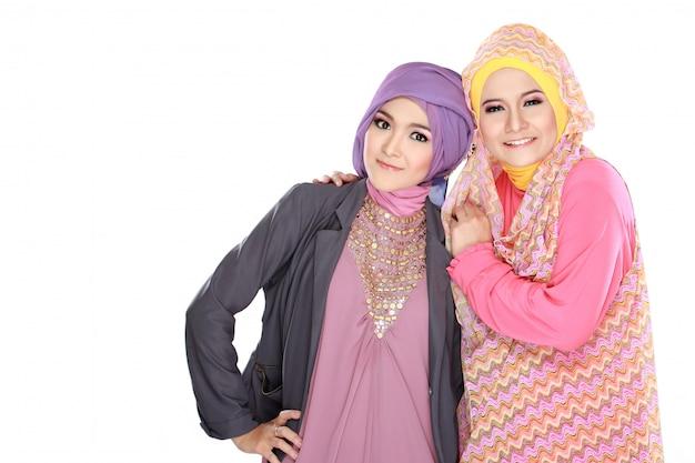 Portret dwóch piękne muzułmańskie kobiety zabawy