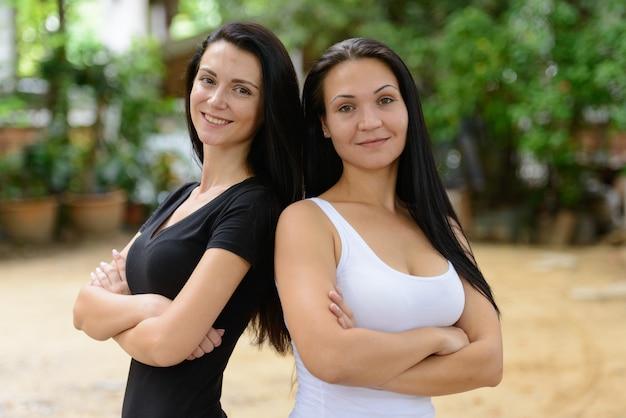 Portret dwóch pięknych kobiet razem na ulicach na zewnątrz