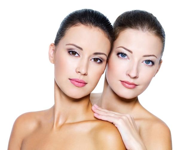 Portret dwóch pięknych seksownych młodych kobiet - na białym tle
