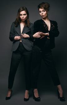 Portret dwóch pięknych, zmysłowych brunetek-bliźniaczek
