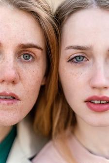 Portret dwóch pociągających kobiet na zewnątrz