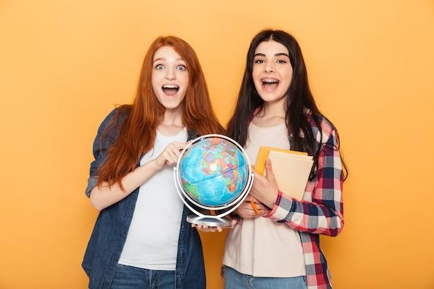 Portret dwóch podekscytowanych młodych kobiet w szkole