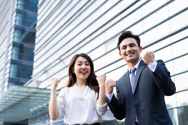 Portret dwóch przedsiębiorców z wyrazem zwycięstwa