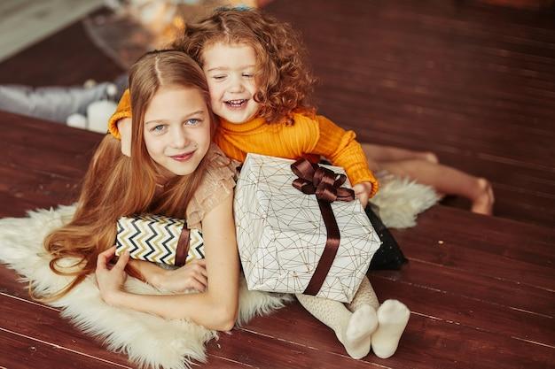 Portret dwóch sióstr w wigilię bożego narodzenia. koncepcja bożego narodzenia