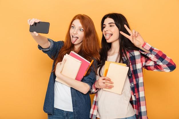 Portret dwóch śmiesznych młodych kobiet w szkole