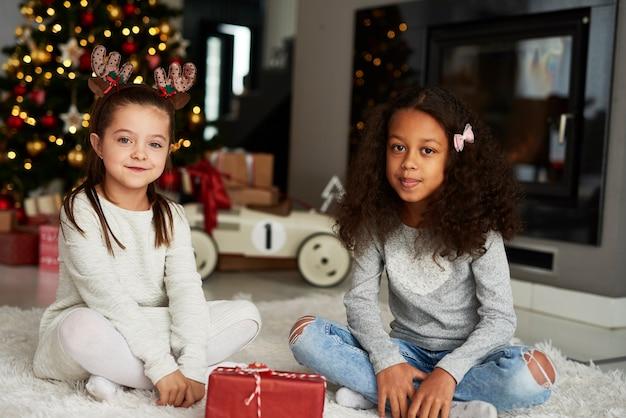 Portret dwóch szczęśliwych dziewczyn na boże narodzenie