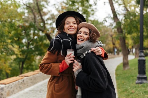 Portret dwóch uroczych dziewcząt ubranych w ubrania jesienne