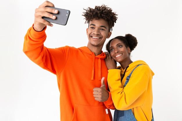 Portret dwóch uśmiechnięta młoda para