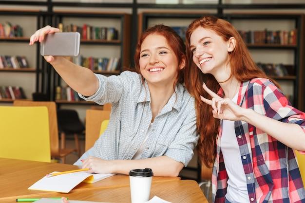 Portret dwóch wesołych nastoletnich dziewcząt