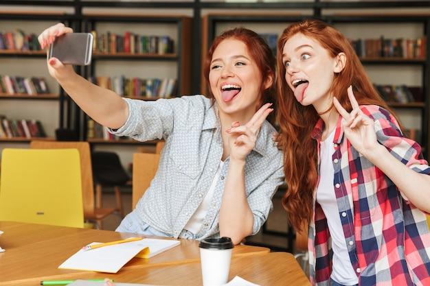 Portret dwóch zabawnych nastoletnich dziewcząt
