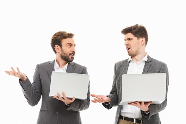 Portret dwóch zdezorientowanych ludzi biznesu