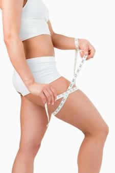 Portret dysponowana kobieta mierzy jej udo