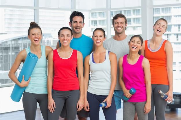 Portret dysponowani ludzie ono uśmiecha się w ćwiczenie pokoju