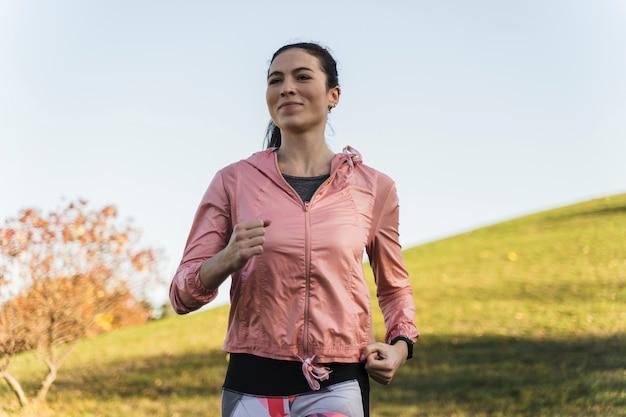 Portret dysponowany kobieta bieg w parku