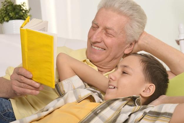 Portret dziadka czytającego razem z wnukiem