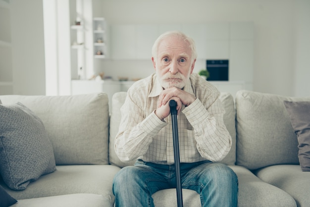 Portret dziadka w salonie