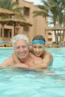 Portret dziadka z wnukiem w basenie