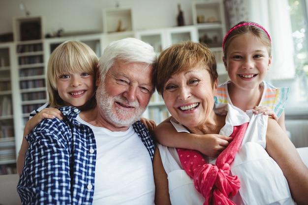Portret dziadków, uśmiechając się z wnukami