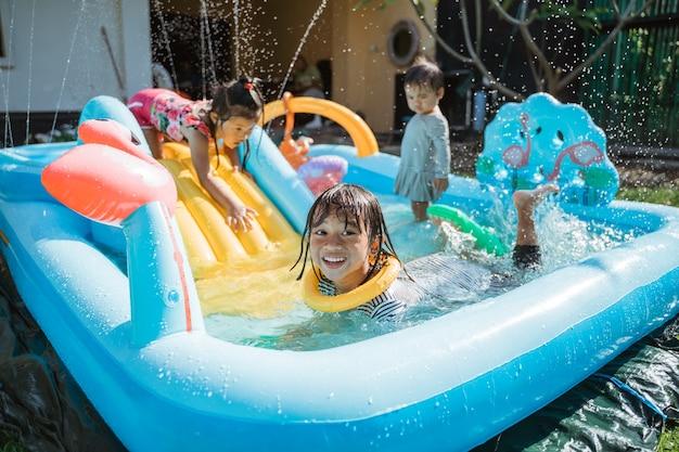 Portret dzieci bardzo szczęśliwy razem bawić się wodą na placu zabaw