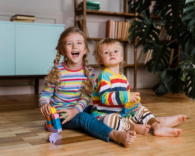 Portret dzieci bawiące się