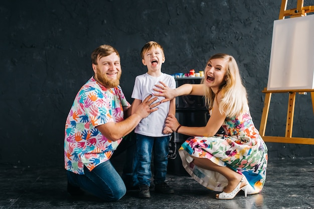 Portret dzieci malujących i dobrze się bawiących. pokazują ręce pomalowane na jasne kolory. zostajemy w domu, bawimy się i rysujemy