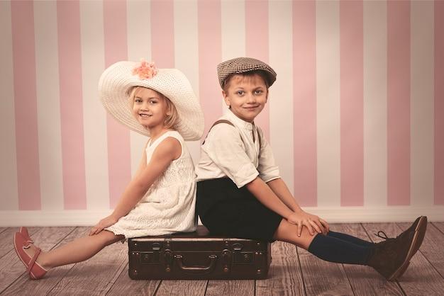 Portret dzieci siedzących na klatce piersiowej