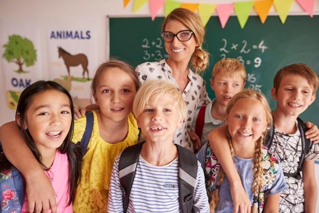 Portret dzieci w wieku szkolnym z nauczycielem