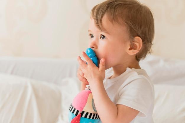 Portret dziecka całuje zabawkę