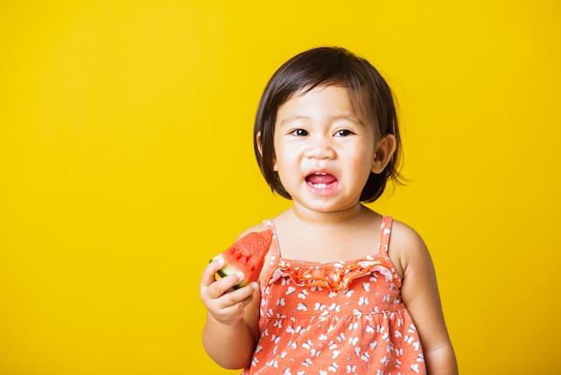 Portret dziecka mała dziewczynka śmiech uśmiech trzyma cięcia arbuza świeże do jedzenia