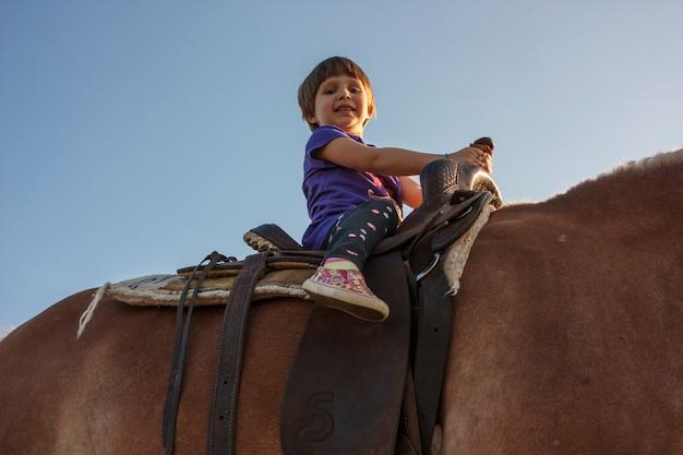 Portret dziecka na koniu z bliska