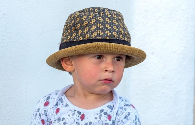 Portret dziecka trzy lata w kapeluszu na zewnątrz