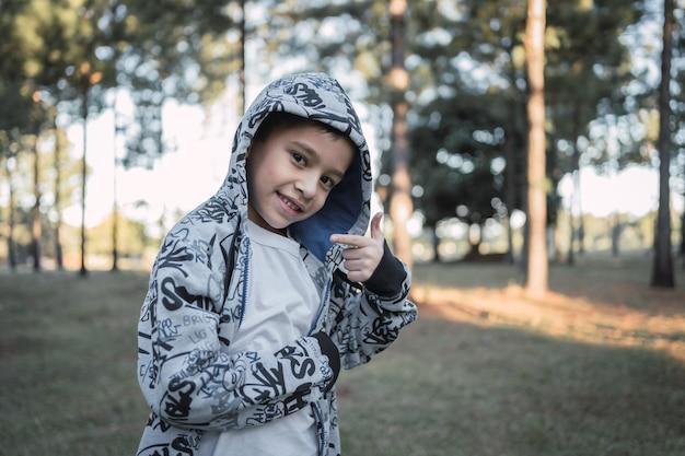 Portret dziecka w kurtce z kapturem na zewnątrz.