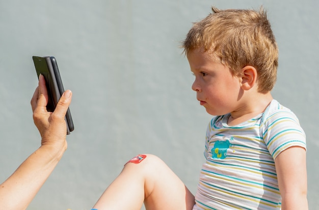Portret dziecka w wieku trzech lat na zewnątrz