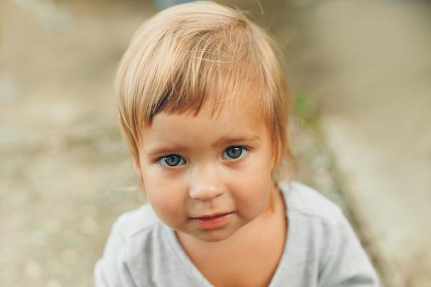 Portret dziecka z dużymi oczami. twarz małego dziecka