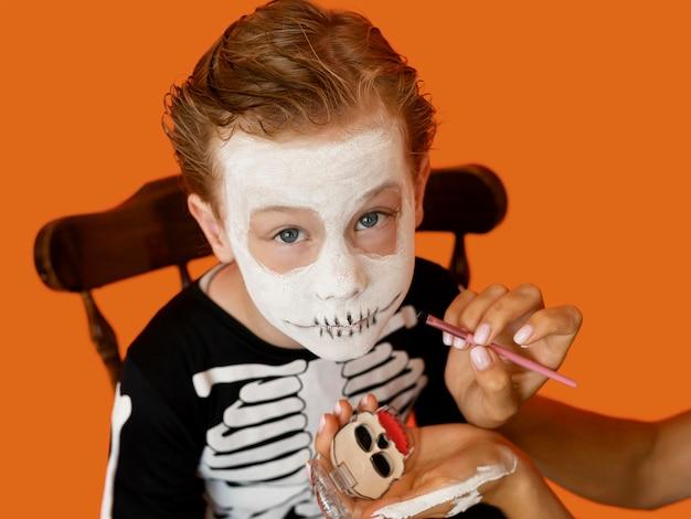 Portret dziecka z przerażającym kostiumem na halloween